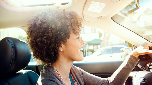 Women in car connecting to AppLink